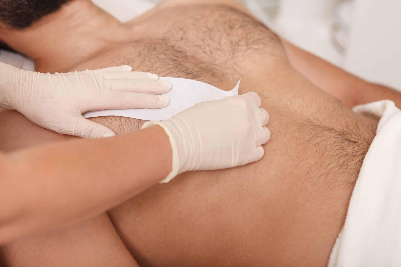 Pánska depilácia teplým voskom - hrudník