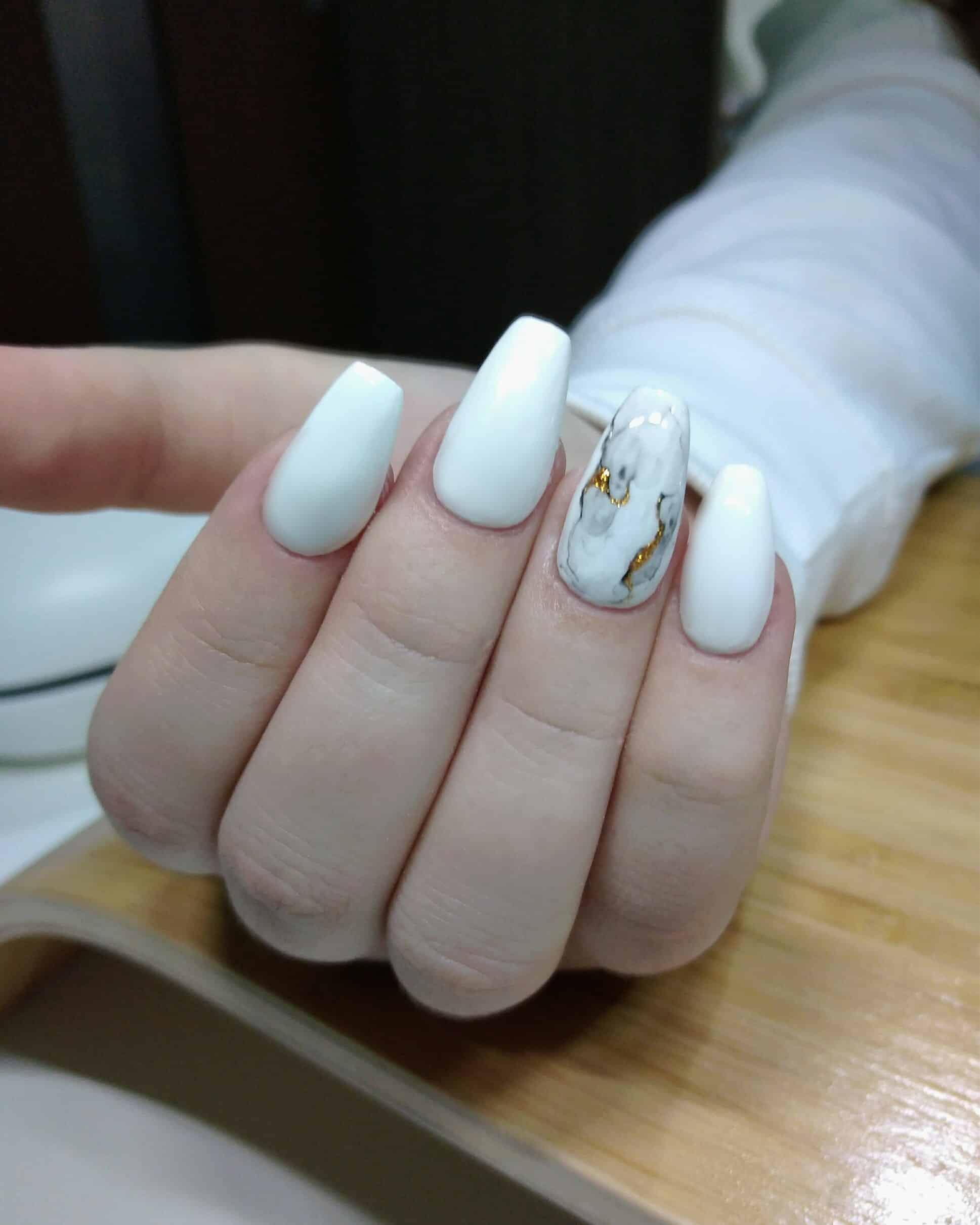 Biele gélové nechty s ozdobou