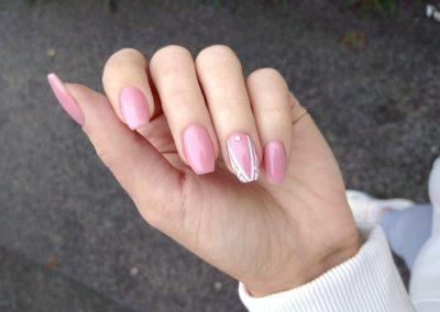 Ružové gélové nechty s ozdobami